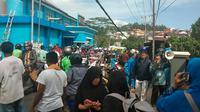 Warga berkumpul di jalanan setelah gempa berkekuatan magnitudo 6,5 di desa Batu Merah di Ambon, kepulauan (26/9/2019). Gempa bumi magnitudo 6,8 guncang kawasan timur Indonesia tepatnya di Ambon Maluku Kamis (26/9/2019) pagi. Pusat Gempa berada di kedalaman 10 KM. (AFP Photo/Yusnita)