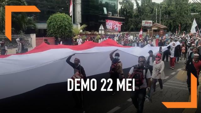 Ratusan orang berjalan kaki menuju kantor Bawaslu. Mereka membawa poster bertuliskan pemilu curang. Beberapa orang meneriakkan aksi mereka adalah aksi damai.