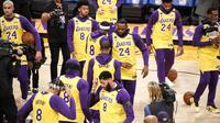 Pemain LA Lakers mengenakan seragam nomor punggung 8 dan 24 untuk menghormati Kobe Bryant pada laga melawan Portland Trail Blazers. (AP Photo/Ringo H.W. Chiu)