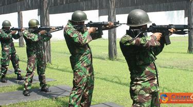 Citizen6, Surabaya: Menurut Denmako Kobangdikal Letkol Marinir Ludi Prastiyono, latihan menembak ini merupakan salah satu agenda rutin dalam program kerja Pembinaan Latihan (Binlat) Triwulan (TW) ke-1. (Pengirim: Penkobangdikal)