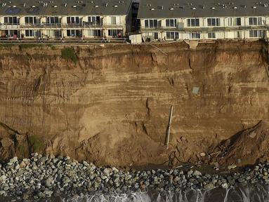 Bangunan apartemen berpenghuni terancam runtuh ke Samudera Pasifik dibaris Esplanade Ave di Pacifica, California, USA (26/1). Tiga Kompleks apartemen dikota ini  telah mengalami erosi akibat badai El Nino menghantam tebing pantai. (REUTERS/Noah Berger)