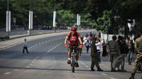 Seorang warga menggunakan sepeda untuk menuju kantornya di kawasan Bundaran HI, Jakarta, Rabu (22/4/2015). Sejumlah jalan utama di Jakarta ditutup total untuk sementara waktu terkait puncak Konferensi Asia-Afrika (KAA). (Liputan6.com/Faizal Fanani)