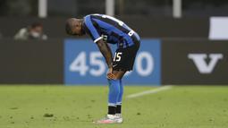 Bek Inter Milan, Ashley Young, tampak kecewa usai gagal mengalahkan Fiorentina pada laga Serie A di Stadion di Giuseppe Meazza, Rabu (22/7/2020). Kedua tim bermain imbang 0-0. (AP Photo/Luca Bruno)