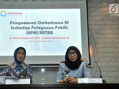 Anggota Ombudsman RI Ninik Rahayu (kiri) didampingi Dirjen PAS Sri Puguh Budi Utami saat memberikan keterangan terkait hasil pengawasan terhadap Pelayanan Publik Lapas/Rutan di Kantor Ombusdman, Jakarta, Senin (24/9). (Merdeka.com/Iqbal S Nugroho)
