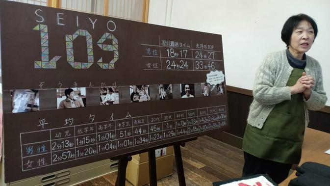 Petugas museum menjelaskan perlombaan mengepel (Liputan6.com/ Mevi Linawati)