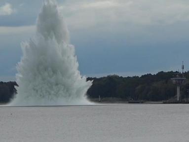 Bom Tallboy, bom terbesar Perang Dunia II, meledak di bawah air di Swinoujscie, Polandia, pada 13 Oktober 2020. Ledakan dahsyat bom seberat 5,4 ton itu terjadi ketika operasi penjinakan. Beruntung tak ada korban dalam insiden tersebut. (HANDOUT / POLISH NAVY -- 8TH COASTAL DEFENCE FLOTILLA / AFP)