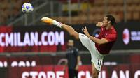 Penyerang AC Milan, Zlatan Ibrahimovic, saat melakukan pemanasan sebelum pertandingan menghadapi Bologna pada laga Liga Italia di Stadion San Siro, Selasa (22/9/2020) dini hari WIB. AC Milan menang 2-0 atas Bologna. (AFP/Miguel Medina)