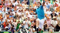 Novak Djokovic melompat, meluapkan kegembiraannya usai di final Miami Open 2016 mengalahkan Kei Nishikori 6-3, 6-3, Minggu (3/4/2016). (AFP)