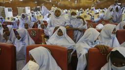 Sejumlah siswi yang diculik oleh kelompok bersenjata dari Sekolah Menengah Putri Pemerintah, di Jangebe, pekan lalu setelah pertemuan pembebasan mereka dengan Gubernur negara bagian Bello Matawalle, di Gusau, Nigeria utara, Selasa (2/3/2021). (AP Photo / Sunday Alamba)