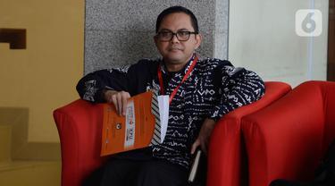 Komisioner KPU, Viryan Aziz menunggu pemeriksaan di Gedung KPK, Jakarta, Selasa (28/1/2020). Viryan Azis diperiksa sebagai saksi untuk tersangka mantan Komisioner KPU Wahyu Setiawan dalam kasus dugaan korupsi penetapan pergantian antarwaktu anggota DPR periode 2019-2024. (merdeka.com/Dwi Narwoko)