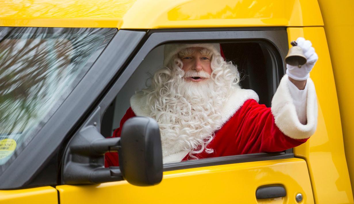 Pria berpakaian Santa Claus mengendarai mobil pos usai menerima surat dari anak - anak, Desa Himmelpfort, Jerman, (10/11/2015). Deutsche Post membuka layanan resmi bagi anak - anak yang ingin mengirim surat kepada Santa Claus. (REUTERS/Hannibal Hanschke)