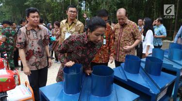 Menteri Rini Salurkan KUR untuk Petani Penggarap Lahan Hutan di Tuban