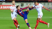 Antoine Griezmann gagal mengkonversikan peluang emas jadi gol saat Barcelona bermain imbang kontra Sevilla, Senin (5/10/2020) dini hari WIB. (LLUIS GENE / AFP)
