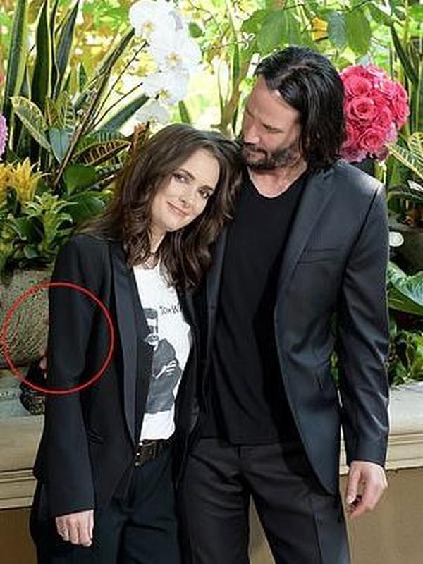 Keanu Reeves Tak Pernah Sentuh Wanita meski Sedang Foto Bareng (Sumber: gosocial)