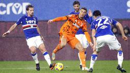 Pemain Juventus Cristiano Ronaldo (tengah) menggiring bola melewati para pemain Sampdoria pada pertandingan Serie A Liga Italia di Stadion Luigi Ferraris, Genoa, Italia, Sabtu (30/1/2021). Juventus sukses mengalahkan tuan rumah Sampdoria 2-0. (Tano Pecoraro/LaPresse via AP)