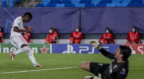 Pemain sayap Real Madrid Vinicius Junior merayakan gol keduanya ke gawang Liverpool pada leg pertama babak perempat final Liga Champions di Estadio Alfredo Di Stéfano, Rabu (7/4/2021) dini hari WIB.  (AP Photo/Manu Fernandez)