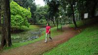 Seorang warga memanfaatkan area untuk berolahraga di Taman Langsat, Kebayoran Baru, Jakarta Selatan, Kamis (06/03). Foto/Liputan6.com : Andrian Martinus Tunay