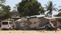 Helikopter milter UH-60 Black Hawk yang jatuh di Santiago Jamiltepec, negara bagian Oaxaca, Sabtu (17/2). Helikopter itu sedang terbang membawa beberapa pejabat tinggi, termasuk menteri dalam negeri dan gubernur Meksiko. (AP/Luis Alberto Cruz Hernandez)