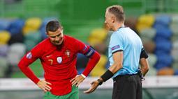 Striker Portugal, Cristiano Ronaldo, melakukan protes kepada wasit saat melawan Spanyol pada laga uji coba di Stadion Jose Alvalede, Kamis (8/10/2020). Kedua tim bermain imbang 0-0. (AP Photo/Armando Franca)
