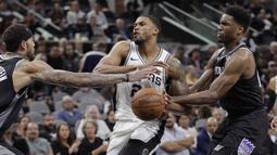 Pemain San Antonio Spurs, Rudy Gay (tengah) berebut bola dengan dua pemain Sacramento Kings pada laga NBA basketball game di A&T Center, San Antonio, (9/4/2018). Spurs menang 98-85. (AP/Eric Gay)