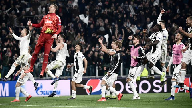 Kiper Juventus Wojciech Szczesny bersama rekan-rekan setimnya merayakan kemenangan atas Atletico Madrid pada leg kedua babak 16 besar Liga Champions di Allianz Stadium, Turin, Selasa (12/3). Ronaldo mencetak hattrick. (Marco BERTORELLO/AFP)#source%3Dgooglier%2Ecom#https%3A%2F%2Fgooglier%2Ecom%2Fpage%2F%2F10000