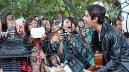 Pria kelahiran Jakarta, 26 Oktober 1996 ini mencoba memainkan gitar dan bernyanyi di depan para penggemarnya, Jakarta, Jumat (11/07/2014) (Liputan6.com/Panji Diksana)