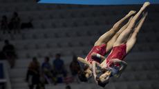 Aksi Zhang Jiaqie dan Zhang Minjie pasangan peloncat indah asal China yang meraih medali emas di nomor papan 10 meter sinkronisasi pada Asian Games 2018 di Stadion Akuatik, Gelora Bung Karno Senayan Jakarta, Selasa (28/8/2018). (Bola.com/Peksi Cahyo)