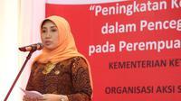 Makrifah Hanif Dhakiri (Istri Menaker) saat menghadiri acara pemeriksaan diri kanker serviks pada pekerja perempuan di Semarang, Senin 21 Agustus 2017.