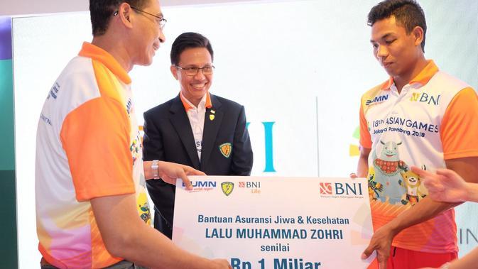 Lalu Muhamad Zohri, sprinter Indonesia saat menerima polis asuransi (istimewa)#source%3Dgooglier%2Ecom#https%3A%2F%2Fgooglier%2Ecom%2Fpage%2F%2F10000