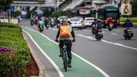 Pengendara sepeda melintas di jalan Sudirman, Jakarta, Jumat (19/6/2020). Direktorat Lalu Lintas Polda Metro Jaya mengingatkan pesepeda untuk berkendara di jalurnya. Pesepeda yang keluar dari jalurnya bisa dikenai denda tilang Rp 100 ribu. (Liputan6.com/Faizal Fanani)