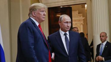 Presiden AS Donald Trump bersalaman dengan Presiden Rusia Vladimir Putin (AP/Martinez Monsivais)