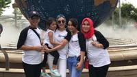 Ayu Ting Ting foto bersama bersama orang tua dan anak serta adiknya (Instagram/@ayutingting92)
