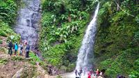 Para pengunjung tengah menikmati sensasi berenang di kawasan wisata alam Curug Candung, Garut-Tasikmalaya, Jawa Barat. (Liputan6.com/Jayadi Supriadin)