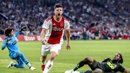 Klaas-Jan Huntelaar. Striker Timnas Belanda ini telah mencetak 18 hattrick dengan rincian: 8 untuk Schalke, 7 untuk Ajax Amsterdam, 2 untuk Heerenveen dan 1 untuk Timnas Belanda. (AFP/Stanley Gontha/ANP)