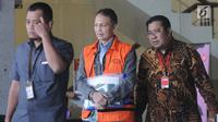 Direktur Teknologi PT Krakatau Steel nonaktif Wisnu Kuncoro (tengah) usai menjalani pemeriksaan di Gedung KPK, Jakarta, Rabu (19/6/2019). Wisnu diperiksa sebagai tersangka terkait dugaan menerima suap pengadaan barang dan jasa. (merdeka.com/Dwi Narwoko)