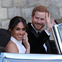 Meghan Markle memakai cincin aquamarine milik Putri Diana sesaat setelah menikah dengan Pangeran Harry. (STEVE PARSONS / POOL / AFP)