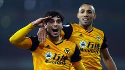 Gelandang Wolverhampton Wanderers, Pedro Neto (kiri), merayakan gol bersama rekannya dalam laga lanjutan Liga Inggris 2020/21 pekan ke-9 di Emirates Stadium, London, Minggu (29/11/2020) waktu setempat. Wolverhampton mengalahkan Arsenal 2-1. (AFP/Julian Finney/Pool)