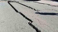 Ilustrasi kerusakan struktur tanah yang retak akibat gempa. Foto: Pixabay