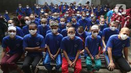 Sejumlah pasien ODGJ menunggu mengikuti vaksinasi COVID-19 di Bekasi, Jawa Barat, Rabu (4/8/2021). Sebanyak 70 pasien ODGJ mengikuti kegiatan vaksinasi merdeka guna mencegah penyebaran wabah COVID-19. (Liputan6.com/Herman Zakharia)