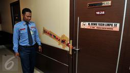 Petugas Keamanan DPR melakukan pengecekan ruangan F-Partai Hanura, Dewie Yasin Limpo yang di segel KPK, Jakarta, Rabu (21/10). Penyegelan terkait operasi tangkap tangan KPK terhadap Dewie dan 6 lainnya pada Selasa (20/10) malam. (Liputan6.com/Johan Tallo)