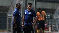 Pelatih PSIS Semarang, Subangkit saat memimpin timnya melawan PS Mojokerto pada laga 8 besar  grup Y Liga 2 Indonesia di Stadion GBLA, Bandung, Sabtu (18/11/2017). PSIS Semarang menang 3-0. (Bola.com/Nicklas Hanoatubun)