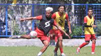 Striker Arema FC, Kushedya Hari Yudo saat latihan dibayangi bek Arema Gitra Yuda. (Iwan Setiawan/Bola.com)