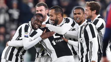 Pemain Juventus, Mattia De Sciglio bersama rekan setimnya merayakan gol ke gawang Crotone pada laga pekan ke-14 Liga Italia Seri A di Allianz Stadium, Senin (27/11). Juventus memetik hasil sempurna usai menang telak 3-0. (Alessandro Di Marco/ANSA via AP)