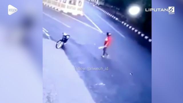 Seorang pria membacok secara acak kendaraan yang lewat menggunakan parang. Kejadian ini terjadi di sebuah jalan di Alor, NTT.