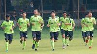 Bek Persebaya Surabaya, Otavio Dutra, tampak berlatih bersama para pemain muda Bajul Ijo. (Bola.com/Aditya Wany)