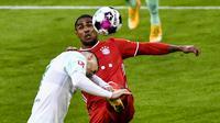 Gelandang Bayern Munich, Douglas Costa (kanan), berebut bola dengan gelandang Werder Bremen, Milot Rashica, dalam laga lanjutan Liga Jerman pekan ke-8 di Allianz Arena, Sabtu (21/11/2020). Bayern bermain imbang 1-1 dengan Werder Bremen. (AFP/Lukas Barth/Pool)