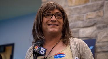 Christine Hallquist, calon gubernur Vermont, Amerika Serikat, dari Partai Demokrat memberikan sambutan di Burlington, Rabu (15/8). Wanita transgender itu mengalahkan tiga kandidat lainnya dalam pemilihan internal partai. (Hillary Swift/Getty Images/AFP)