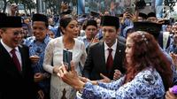Menteri Pendidikan dan Kebudayaan (Mendikbud) Nadiem Makarim didampingi istri Franka Franklin usai mengikuti Upacara Peringatan HUT PGRI ke-74 dan Hari Guru Nasional 2019 di Kemendikbud, Jakarta, Senin (25/11/2019). (Liputan6.com/Johan Tallo)