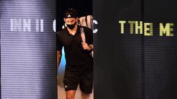 Petenis Austria, Dominic Thiem, memasuki lapangan untuk berhadapan dengan petenis Rusia, Daniil Medvedev dalam partai final tunggal putra Turnamen Tenis ATP Finals 2020 di O2 Arena, London, Inggris, Minggu (22/11/2020). Dominic Thiem kalah dengan skor 6-4, 6-7 (2), 4-6. (AFP/Glyn Kirk)