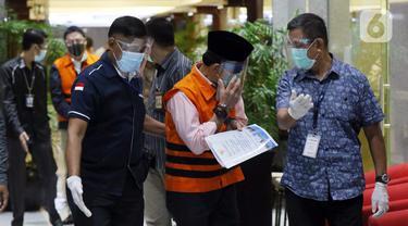 Mantan Anggota Badan Pemeriksa Keuangan (BPK), Rizal Djalil (tengah) sesaat sebelum memberi keterangan usai rilis penahanan di Gedung KPK, Jakarta, Kamis (3/12/2020). Rizal merupakan tersangka penerima suap proyek Sistem Penyediaan Air Minum di Kementerian PUPR. (Liputan6.com/Helmi Fithriansyah)